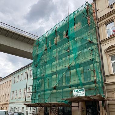 Pronájem lešení Praha - trubkové lešení se sítí