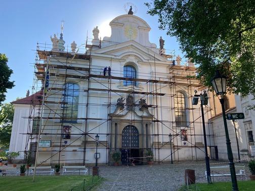Pronájem lešení Praha - trubkové lešení u kostela