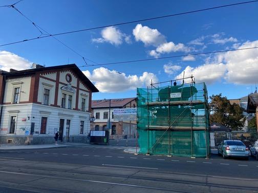 Pronájem lešení Praha - trubkové lešení se sítí okolo sochy